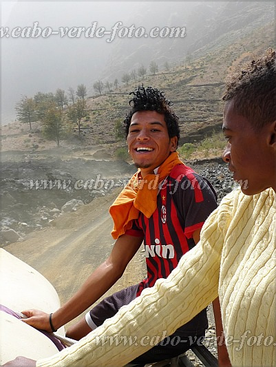 Fogo : Chã das Caldeiras : happily back home in  Chã das Caldeiras : People